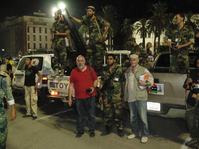 Kila (rechts, met pet) in Tripoli in 2011. Beeld Joris Kila