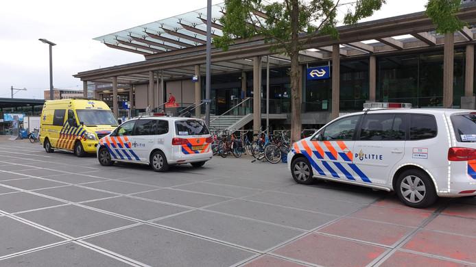 Politie en ambulance voor het stationsgebouw van Enschede