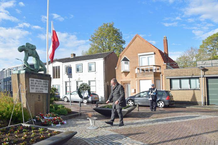Wethouder Jurgen Vervaet ontsteekt de herdenkingsvlam bij het herdenkingsmonument voor Poolse gevallenen in de Tweede Wereldoorlog. Het was een sobere ceremonie met enkele aanwezigen, waaronder ook Dick Oggel, voorzitter van het Herdenkingscomité 4 en 5 mei.