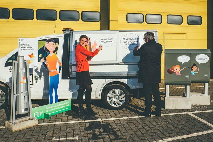 Schepen Laurence Libert (links) en burgemeester Steven Vandeput (rechts) introduceren de nieuwe sensibiliseringscampagne tegen afval.