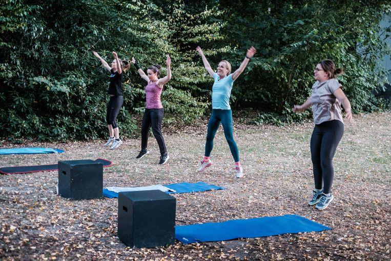 Work-out in het park. 'Al vanaf een kwartier in de buitenlucht ervaren mensen ook een positieve invloed op hun humeur.'   Beeld Bob Van Mol