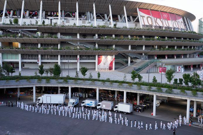 Officials bij het Nationale Stadion waar vandaag de opening van de Spelen plaatsvindt.