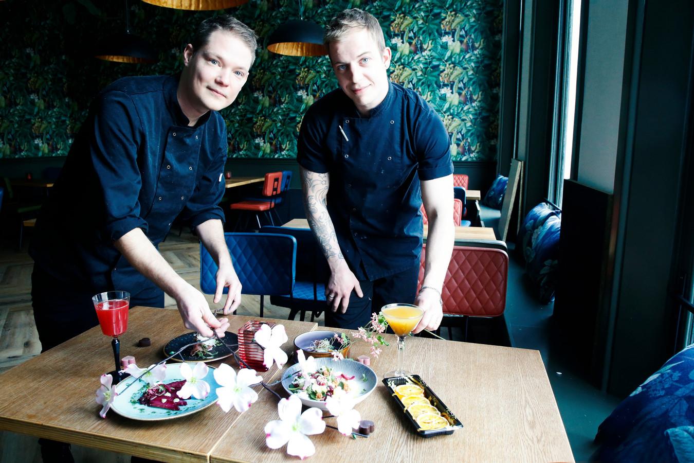 Veel Utrechtse koks, zoals Nick (l) en Jeffrey van restaurant Blij en restaurant Seven, bereiden romantische afhaalgerechten.