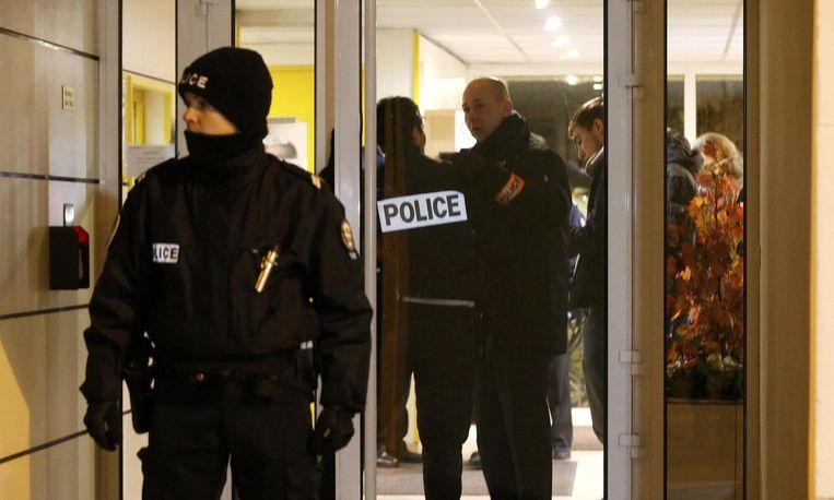 Politie vlakbij de plek waar maandag een bomgordel werd gevonden, in een voorstad van Parijs. De gordel is vermoedelijk weggegooid door een terrorist. Beeld Reuters