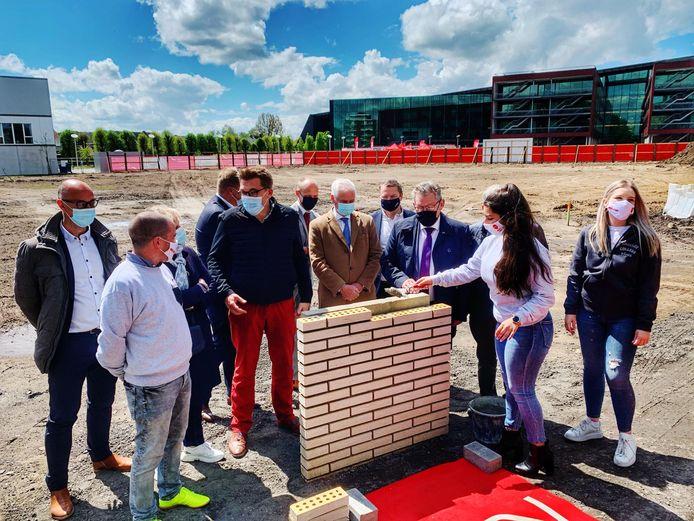 De eerste steen van het project Vives City is maandag gelegd.