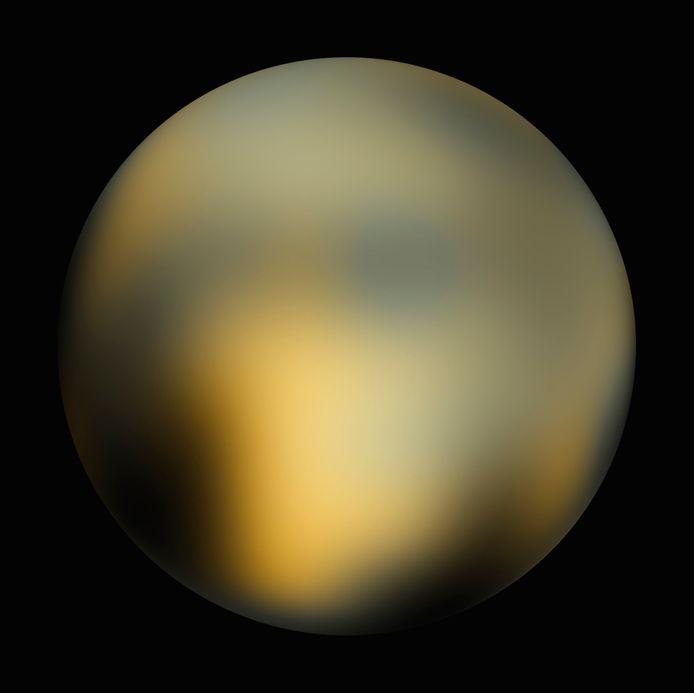 Het meest gedetailleerde beeld tot nu toe van het volledige oppervlak van Pluto. Deze foto is samengesteld uit beelden van Hubble.