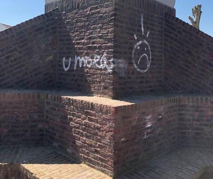 De graffiti op de standbeelden in het park.