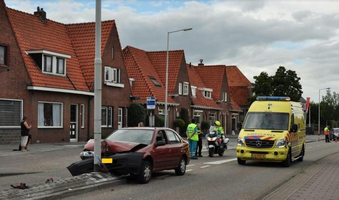 De auto botste tegen een lantaarnpaal op de Antwerpsestraatweg in Bergen op Zoom.
