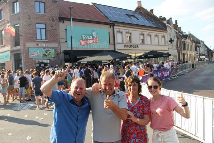 Andy Vroman van supportersclub Forza Lampaert met Yves' vader Jean, moeder Carine Neirynck en zus Saghine, dolblij met de overwinning van Yves Lampaert.