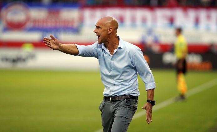 Thomas Letsch als coach van FC Erzgebirge Aue in het duel met FC Heidenheim.