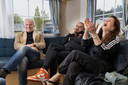 Huub Stapel vertelt een grap, op de bank met Frank Lammers en Elise Schaap.