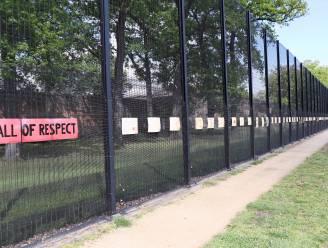 Gevangenen maken boodschappen rond corona, directeur maakt er 'wall of respect' van