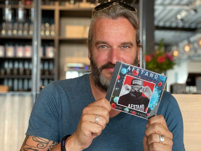 Kurt Burgelman met zijn lockdown-cd.