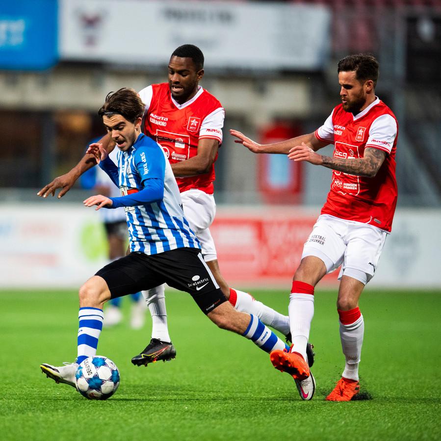 Iker Pozo (l) voetbalde vrijdag een helft bij MVV (2-0 verlies). Tegen FC Dordrecht zit hij een schorsing uit.