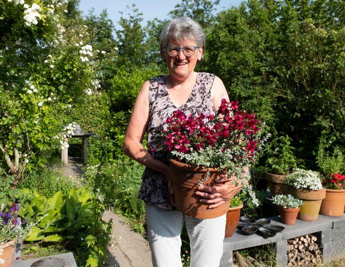 Christien van den Bosch in haar tuin.