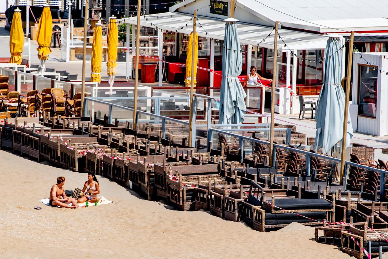 Lege gesloten strandtenten , ze mogen weer open op 1 juni.