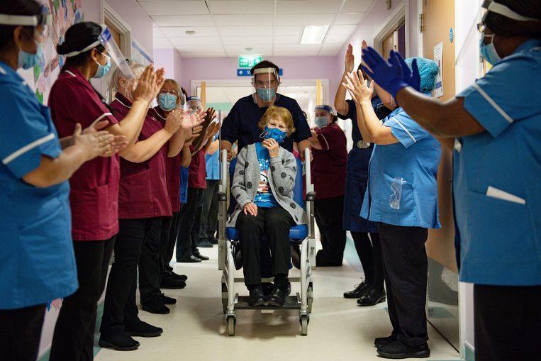 Margaret Keenan (90) krijgt applaus nadat ze het vaccin heeft toegediend gekregen. Beeld AP