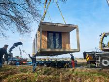 Ambitieus plan Peel Natuurdorpen: eerste tiny house  staat, maar nog 9.999 huisjes te gaan