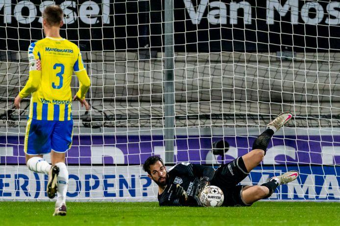 Kostas Lamprou, de doelman met de meeste reddingen, staat onder de lat bij RKC Waalwijk. Dat hadden fans van Willem II graag anders gezien.