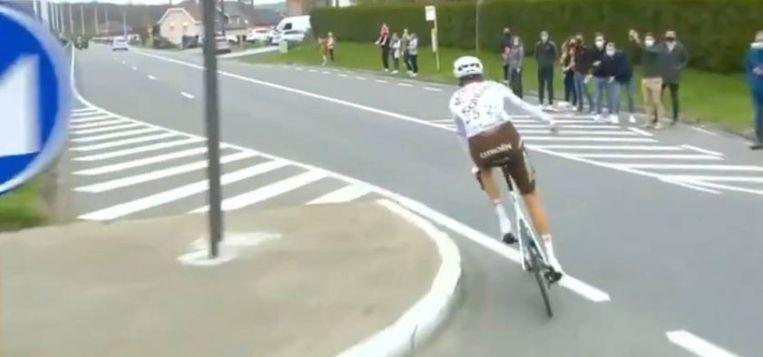 Schär gooit zijn bidon naar het publiek tijdens de Ronde van Vlaanderen. Beeld Sporza