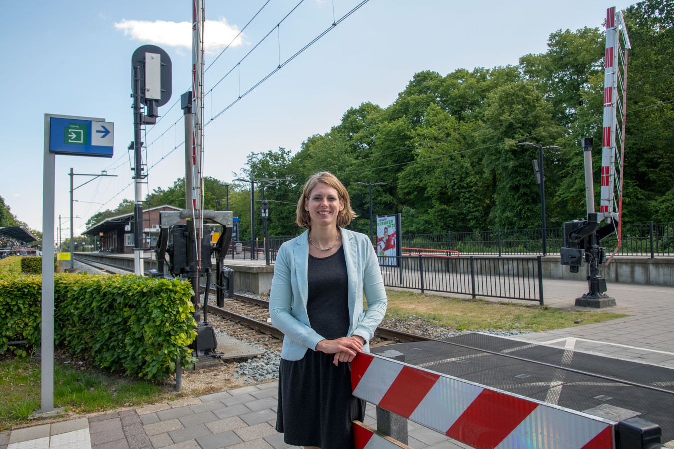 Wethouder Marije Storteboom bij de spoorwegovergang op de Elspeterweg die wordt ingeruild voor een tunnel.