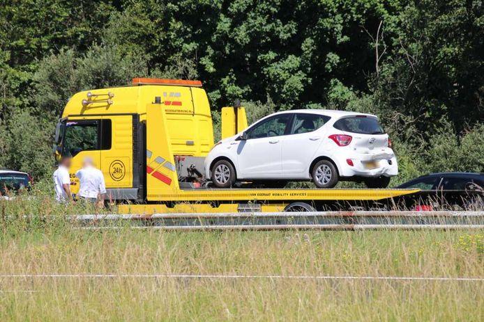 Eén van de auto's wordt geborgen door Van Egeraat.