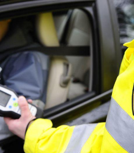 Dronken man krijgt bekeuring om vervolgens wéér beschonken in auto te stappen: rijbewijs ingevorderd