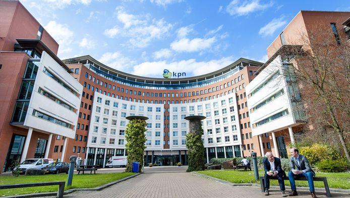 De reden voor de aangekondigde verhuizing? Betere spreiding over de Randstad, de goede bereikbaarheid, een lagere huurprijs, maar ook: het 'modern-industriële ICT-imago' dat Rotterdam heeft.