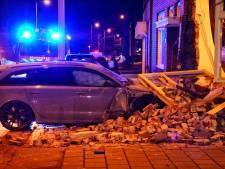 18-jarige Enschedeër rijdt woning binnen en wordt aangehouden: 'Hij reed vermoedelijk snoeihard'