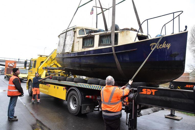 Nadat Dicky uit het water werd gehaald, werd de boot op een takelwagen gezet.