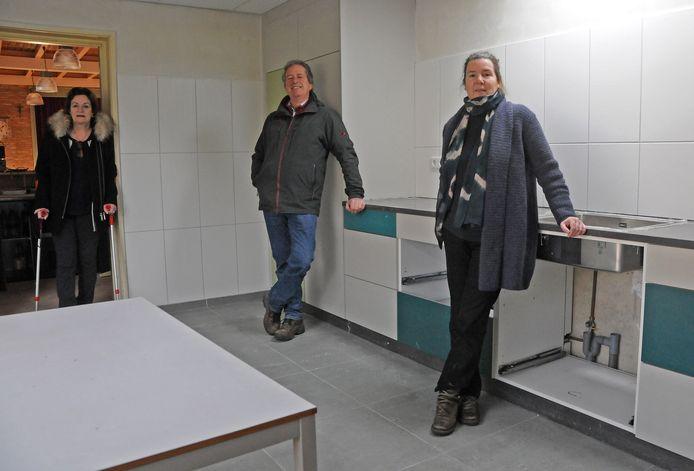 Hof ter Nesse in Ossenisse krijgt een nieuwe keuken. Bestuursleden Liesbeth de Bruyn, Gerard Mangnus en Annemiek Hamelink zijn dolblij.