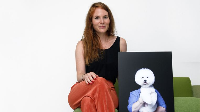 Fotograaf Anne Claire de Breij, met haar foto. Beeld Eva Roefs