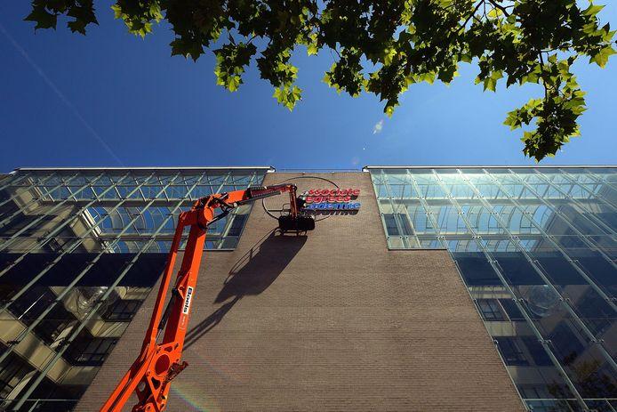 roosendaal - 20180703 - verbouwing oud belastingkantoor naar associate degree academie nadert zijn voltooiing.ophangen van de neonletters.petervantrijen/pix4profs