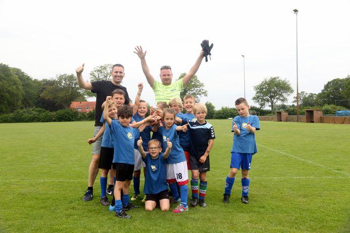 Team 2 van de Sint Jorisschool is de winnaar van het Jan-Willem Schepers schoolvoetbaltoernooi in Borculo.