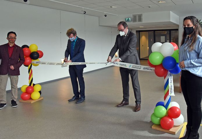 Echt handwerk, Jan Lonink (tweede van rechts) en Zeeuws onderwijsambassadeur Gorik Hageman geven het startsein voor het initiatief Lesgeven in Zeeland.