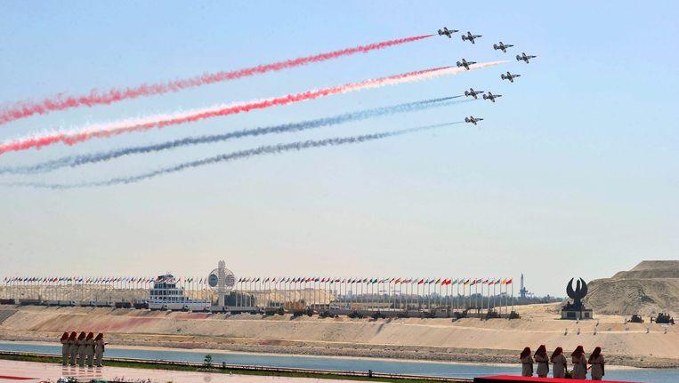 Gevechtsvliegtuigen scheren over het vernieuwde Suez-kanaal tijdens de ceremonie in Ismaïlia. Beeld epa