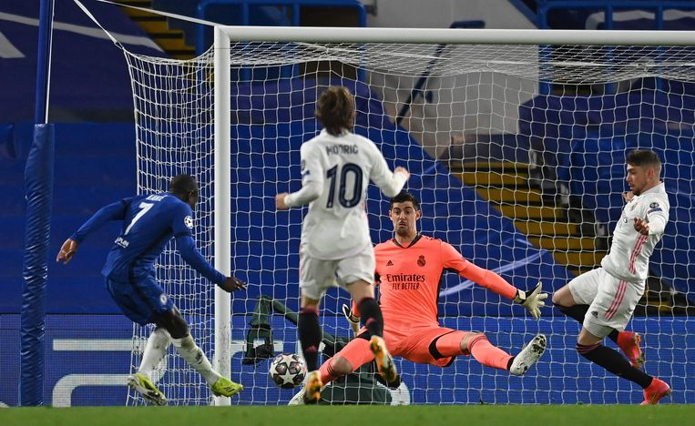 Thibaut Courtois redt een schot van Chelseas N'Golo Kanté. Beeld AFP