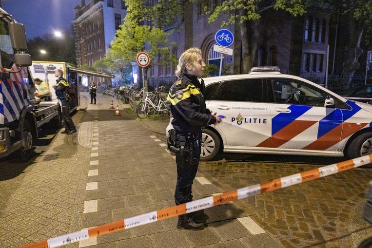 Politie en hulpdiensten bij het steekincident in de Ferdinand Bolstraat in Amsterdam. Beeld ANP