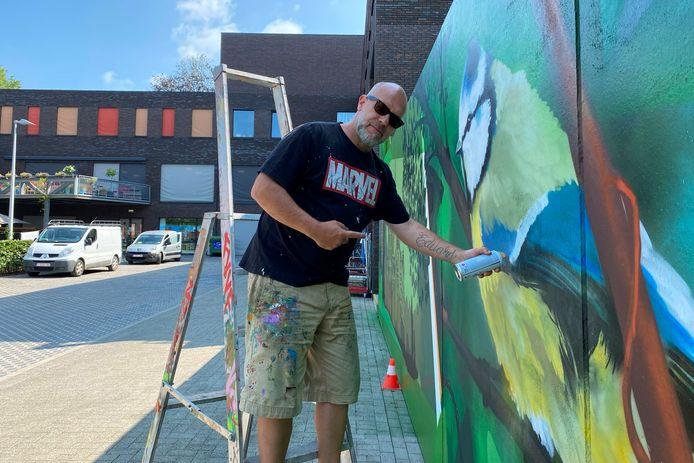 Graffitiartiest Cazn ofwel Gunther Baeyens bracht kleur en leven op de binnenkoer van WZC Markizaat in Lede.