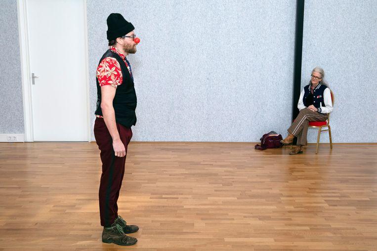 Clown Charlie, Roland Haufe (40), tijdens de audities om cliniclown te worden. Beeld Martijn van de Griendt