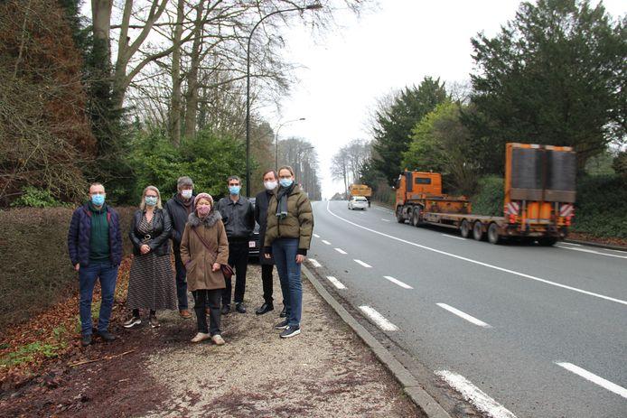 De actiegroep Geen Streep Door Ronse, samen met doctor Marie-Christine Gottigny aan de Kruisstraat. Daar zou minder zwaar verkeer doorrijden als de N60 wordt verlengd via de Zandstraat.