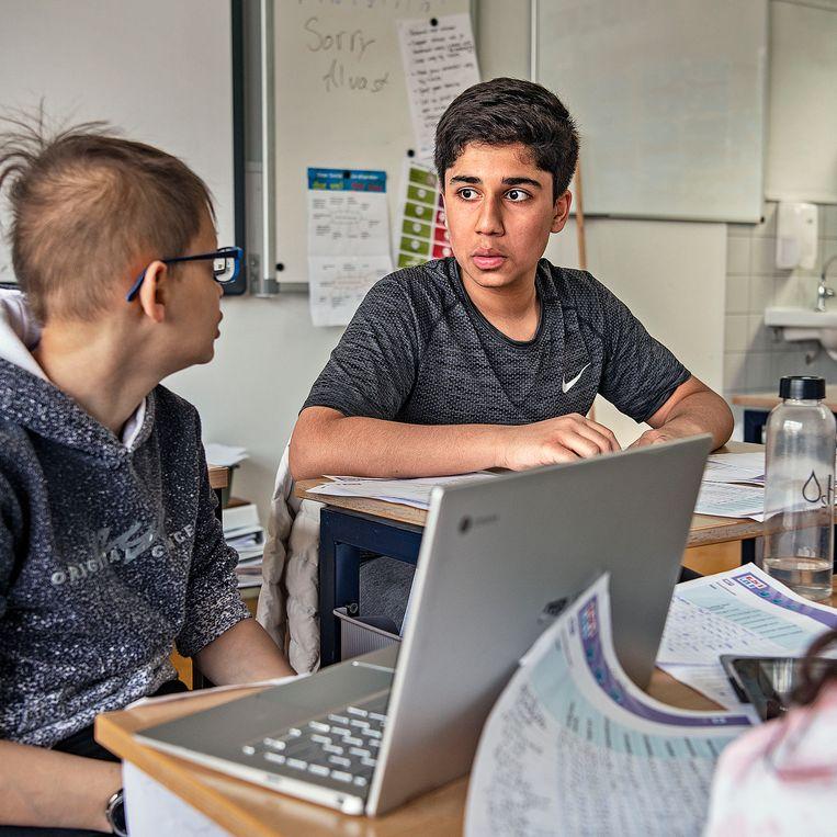 Leerlingen van groep 8 van basisschool Het Atelier werken geconcentreerd tijdens een vrij uur.   Beeld Guus Dubbelman / de Volkskrant