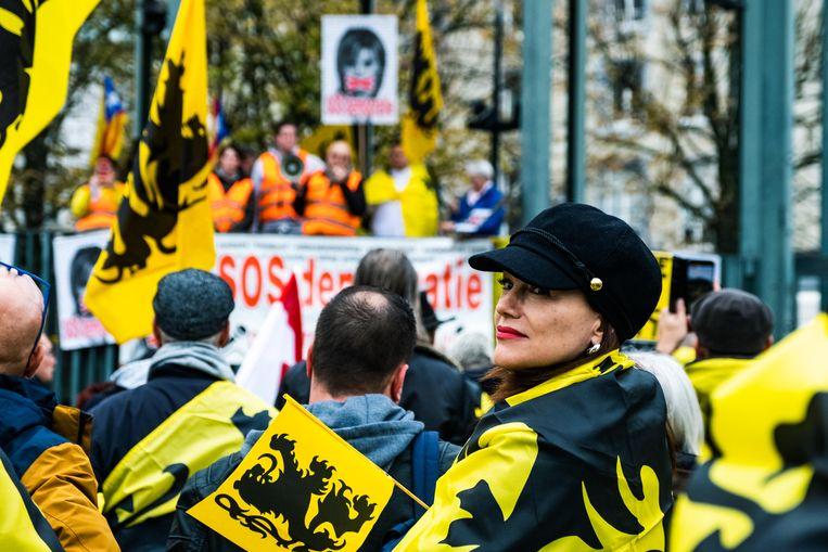 """De manifestanten eisen dat de politiek rekening houdt met hun stem bij de jongste verkiezingen. """"Verbreek nu eindelijk het cordon."""" Beeld Benoit De Freine"""