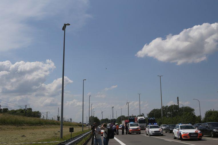 LANDEN-het ULM vliegtuig raakte een verlichtingspaal