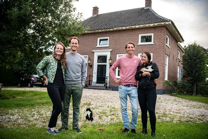 Michiel Baeten en Linde van Veenendaal (r) kochten samen met Annah Mossman en Luc Beurskens dit huis.