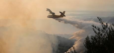 Un important incendie de forêt en Grèce continue de faire rage