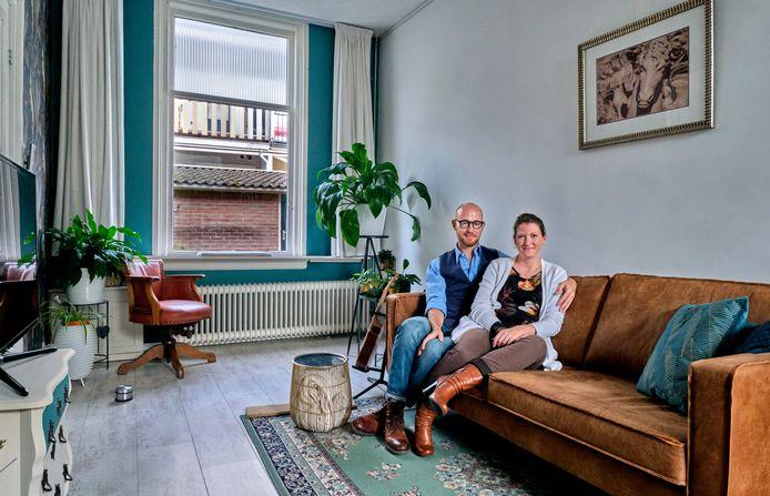 Marco en Miranda Groenendijk in hun hofjeshuis.