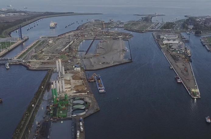 De nieuwe zeesluis in Terneuzen is volop in aanbouw.