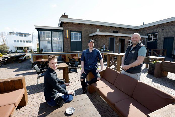 Joey de Waard (links), Remco de Waard (midden) en Jurgen Beumer op het terras voor het M-gebouw.