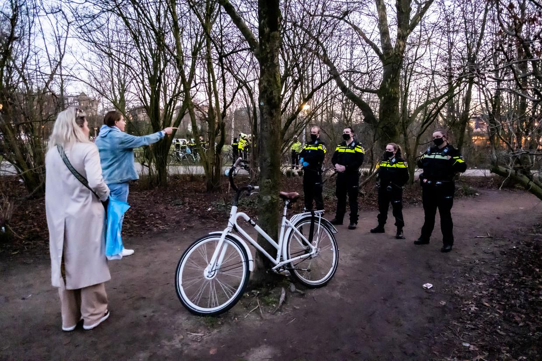 De politie treedt op in het Vondelpark om een einde te maken aan de grote drukte. Beeld Joris van Gennip